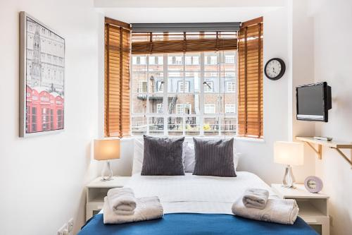 A bed or beds in a room at modern,lovely studio flat in Chelsea and South Kensigton