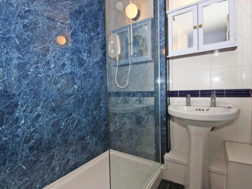 A bathroom at Long Barn Cottage, Penzance