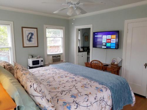 Letto o letti in una camera di Whimsical Charm at Historic M-Streets Suite