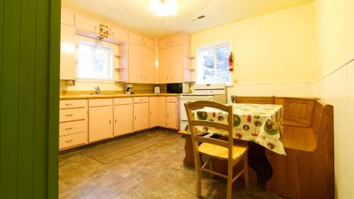 A kitchen or kitchenette at Baby Bear Cottage