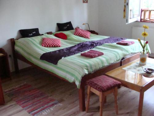A bed or beds in a room at Nyugi Tanya