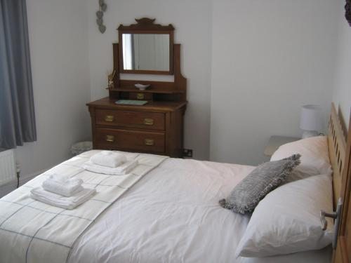 A bed or beds in a room at Drovers Cottage