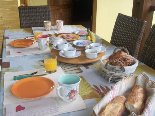 Breakfast options available to guests at Le Rubinjo