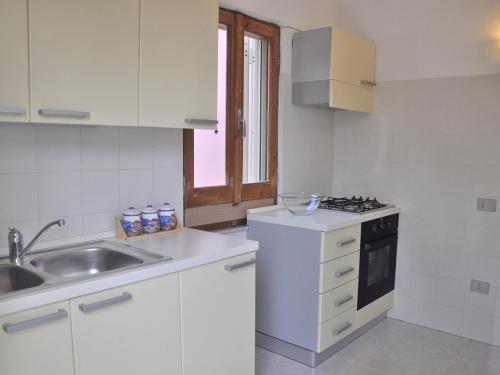 A kitchen or kitchenette at Locazione turistica Cinta