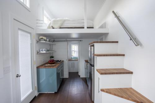 "Kevin Hart's ""Tiny House with Big Personality""にあるキッチンまたは簡易キッチン"
