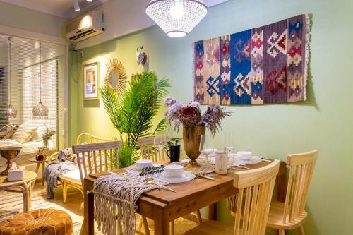 A restaurant or other place to eat at Wuhan Wuchang·Hubu Lane· Locals Apartment 00167580