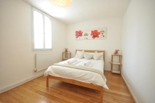 A bed or beds in a room at George Mews