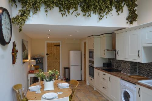 A kitchen or kitchenette at Canalside Cottage