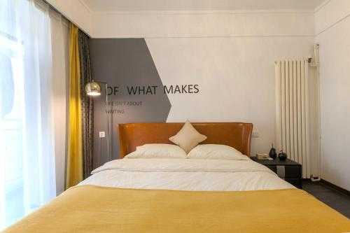 A bed or beds in a room at Wuhan Jianghan·Zhongshan Park· Locals Apartment 00157640