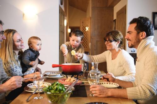 Famille séjournant dans l'établissement CGH Résidences & Spas Le Télémark