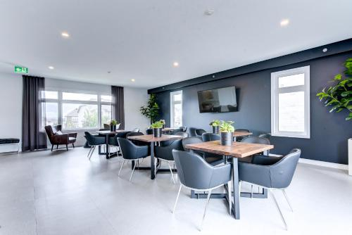 A restaurant or other place to eat at Kanata Lakes Apartments by Corporate Stays