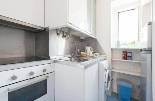 A kitchen or kitchenette at Cosy Alfama