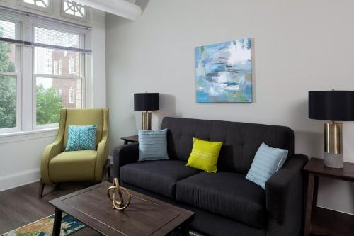 A seating area at Stay Alfred at The Broderick