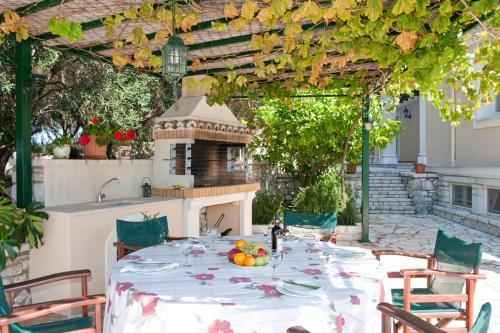 Een restaurant of ander eetgelegenheid bij Kassiopi Villa Sleeps 8 Pool WiFi