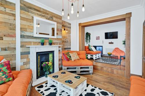 Kemptown's BIG House - Sleeps 4 To 16 Guests - 4 Bedrooms, Roof Terrace, High Sp