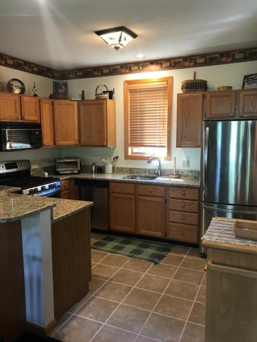 A kitchen or kitchenette at Mountain Meadows