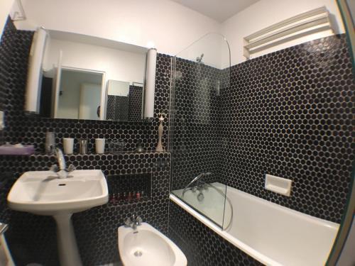 A bathroom at Le Pré du Rocher