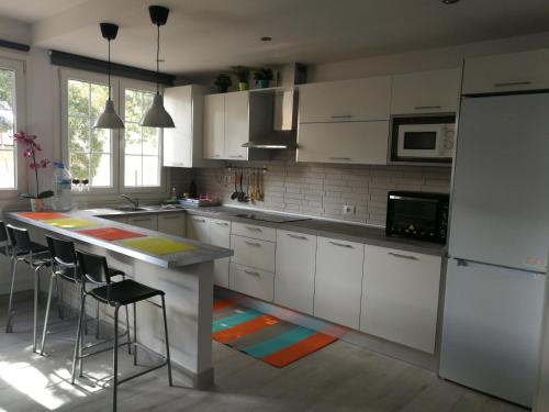 A kitchen or kitchenette at TRANQUILIDAD, MAR Y SOL!