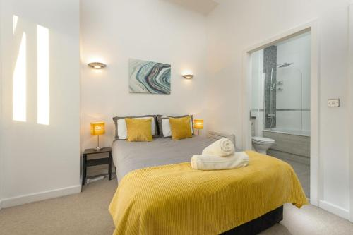 A bed or beds in a room at Central Lofts Apartment