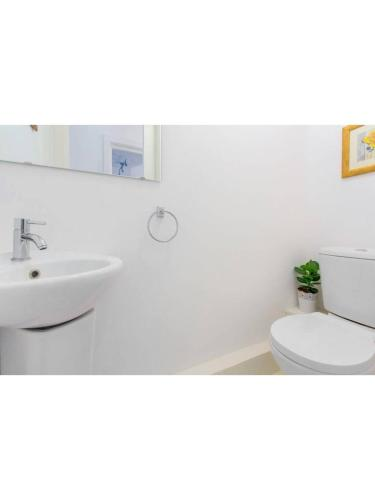 A bathroom at Beautiful 3 bedroom flat 5 min from tube station