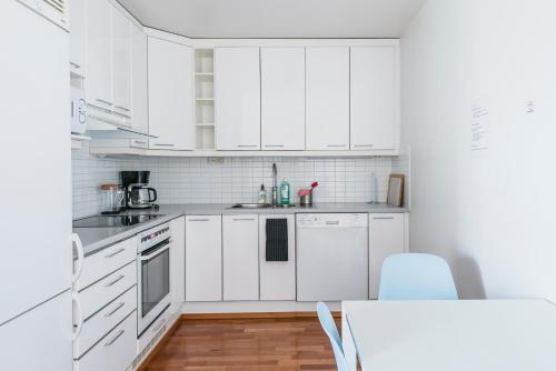 A kitchen or kitchenette at Helsinki South Central Apartment Hietalahti