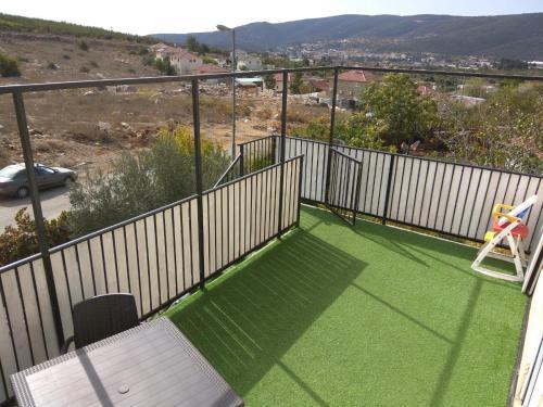 Ein Balkon oder eine Terrasse in der Unterkunft The Rashbi studio apartments
