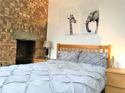 A bed or beds in a room at Amazing 3 bedroom apartment