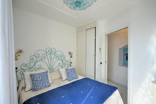 Letto o letti in una camera di Positano Villa Sleeps 8 Pool Air Con WiFi