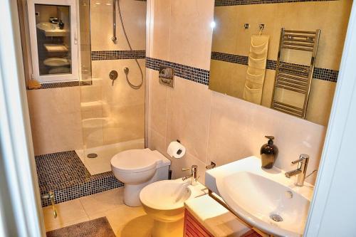 A bathroom at Pian di Rocca Villa Sleeps 6 Air Con WiFi