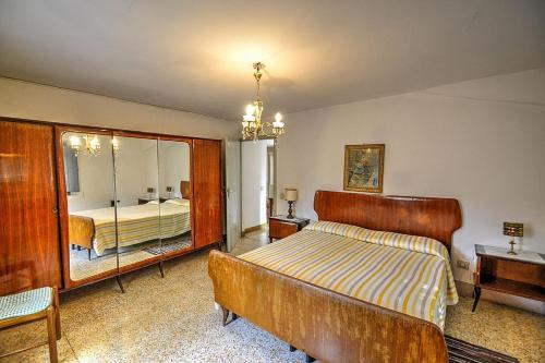 A bed or beds in a room at Colle di Val d'Elsa Villa Sleeps 6 Pool WiFi