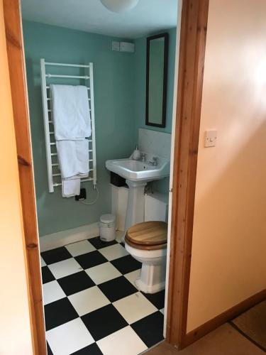 A bathroom at The Garden Lodge