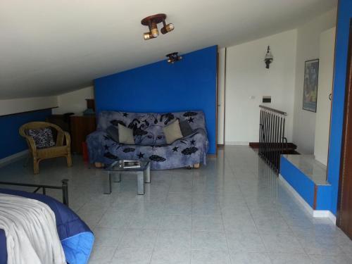 Ein Sitzbereich in der Unterkunft Panoramico appartamento sullo Stretto di Messina