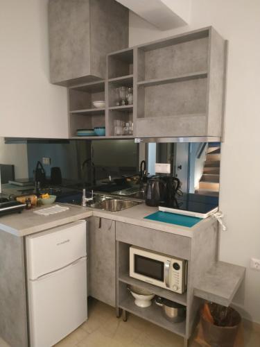 A kitchen or kitchenette at LOC Hospitality Annunziata