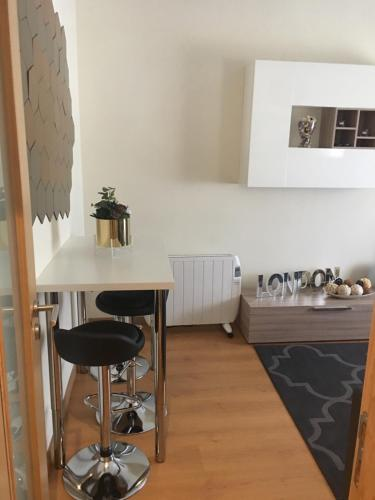 A kitchen or kitchenette at Apartamento Acolhedor