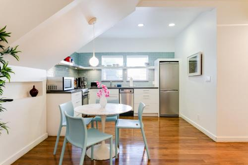 A kitchen or kitchenette at Venice Beach Vacation Condos