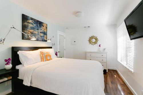 A bed or beds in a room at Venice Beach Vacation Condos