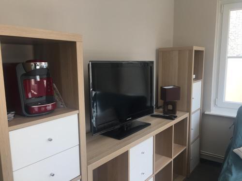 Télévision ou salle de divertissement dans l'établissement Charmant studio