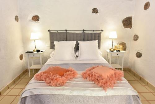 A bed or beds in a room at Los Algodones Cottage with Pool