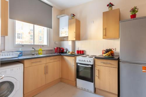A kitchen or kitchenette at London Queen's - Central
