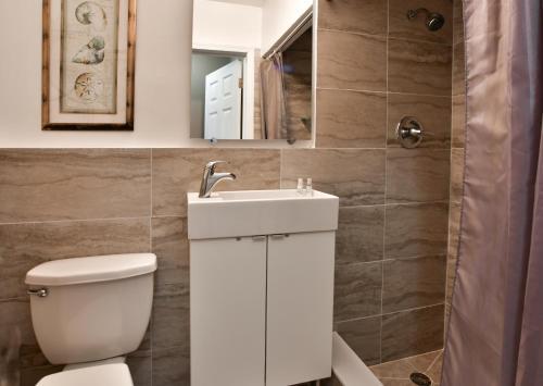 Ein Badezimmer in der Unterkunft Krymwood Flats Wynwood