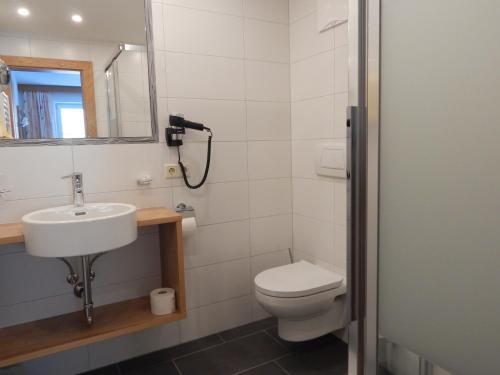 A bathroom at Apart Renate