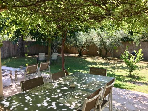 Restaurant ou autre lieu de restauration dans l'établissement Gite Chez Un Producteur de Fruits.