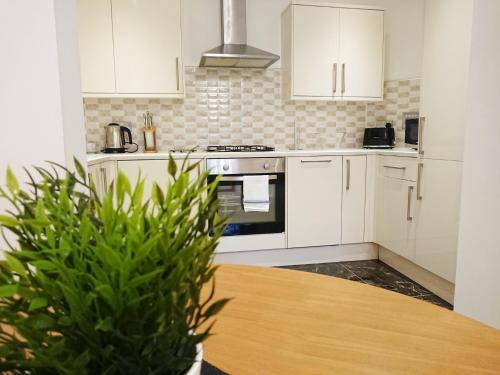 A kitchen or kitchenette at iStay - The Avenue