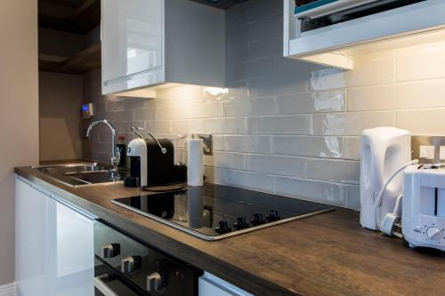 Kuchyň nebo kuchyňský kout v ubytování St Michaels Apartments
