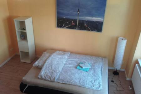 Un pat sau paturi într-o cameră la Neukölln....ganz speziell! Apt.1