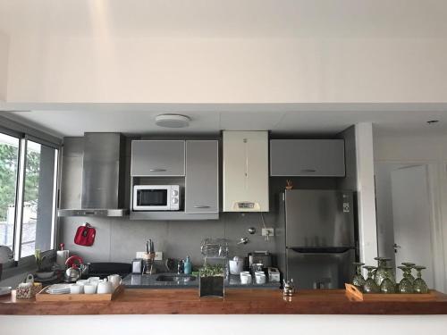 A kitchen or kitchenette at Amplio, moderno y luminoso departamento en la mejor zona de Tigre