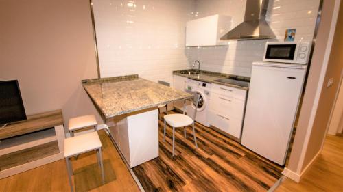A kitchen or kitchenette at Apartamentos Silo
