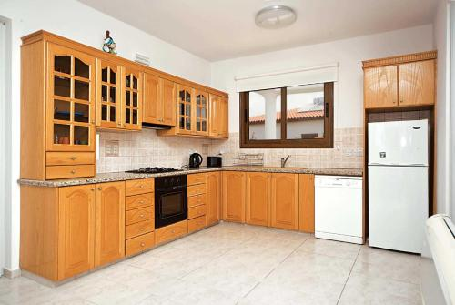 A kitchen or kitchenette at Joulia