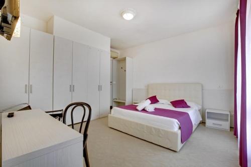 A bed or beds in a room at Fenix La Bohéme