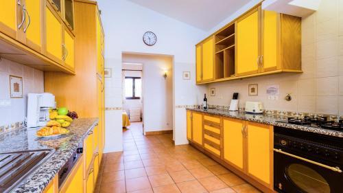 A kitchen or kitchenette at Carvoeiro Villa Sleeps 6 Pool Air Con WiFi